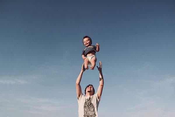 fotografía de un padre con su bebé