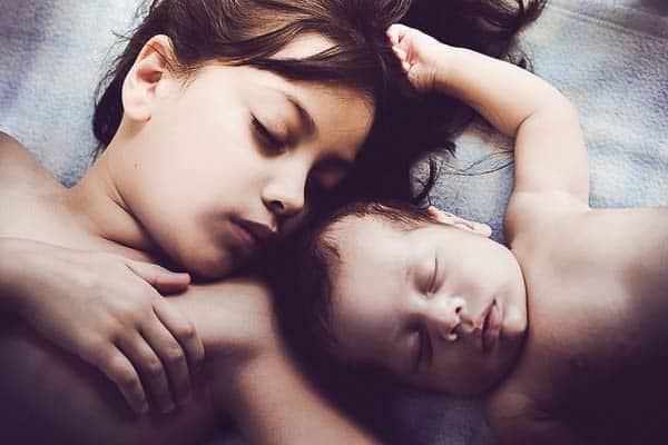 niño recien nacido con su hermana