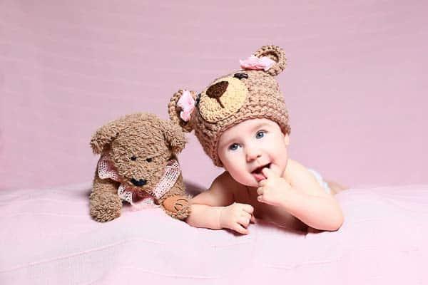 niño pequeño con su peluche