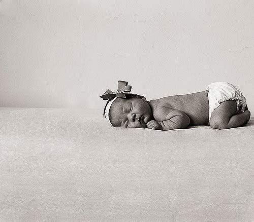 bebé en blanco y negro