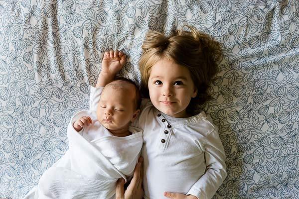 recién nacido y su hermana