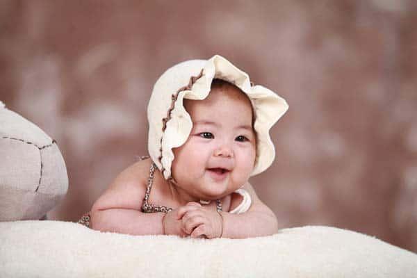 niño recien nacido riéndose