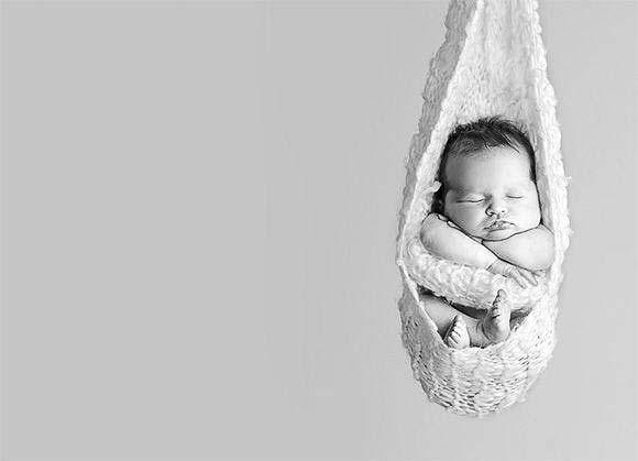 bebé dormido recien nacido en blanco y negro