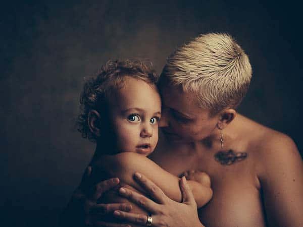niña pequeña con su madre