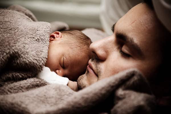 un padre y su hijo dormidos