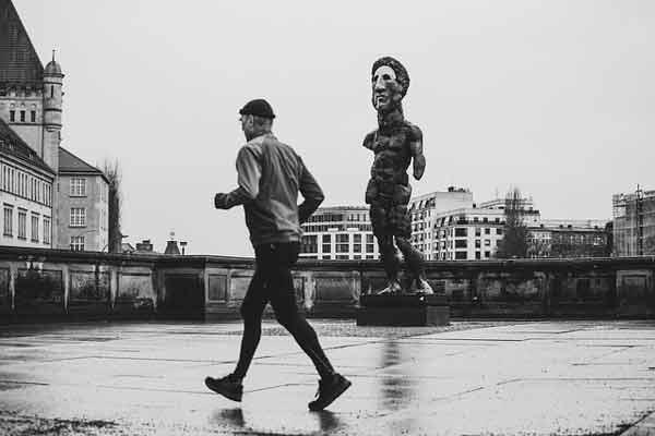 fotografía de un hombre corriendo
