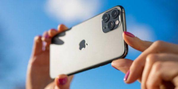 mujer haciendo una fotografía con un iPhone 11 Pro