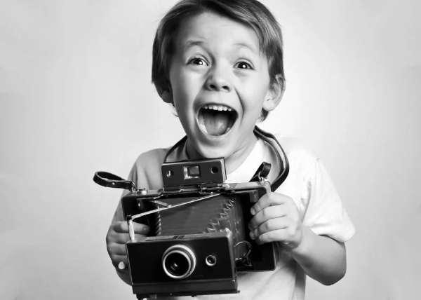 niño con una cámara de fotos durante una sesión
