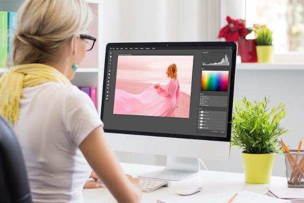 mujer editando una fotografía con Gimp