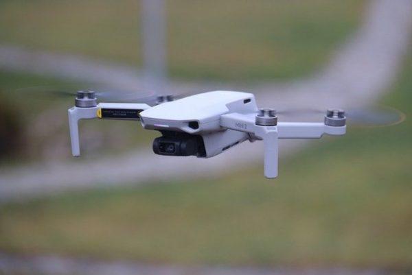 Drone dji mini 2 volando