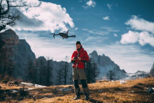 persona pilotando un dron