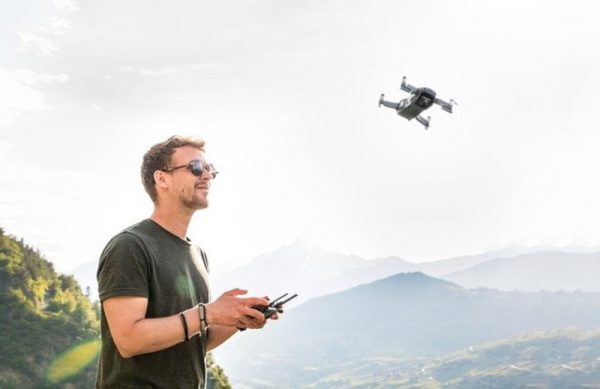 Hombre manejando un drone en vuelo
