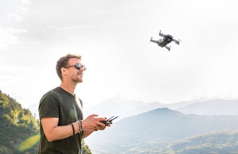 hombre volando un drone