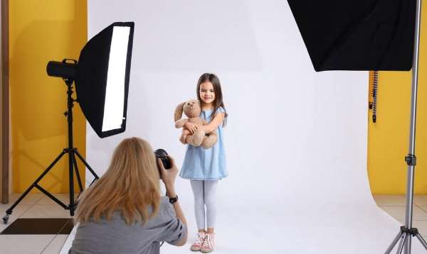 Niña durante una sesión de fotos en un estudio fotográfico
