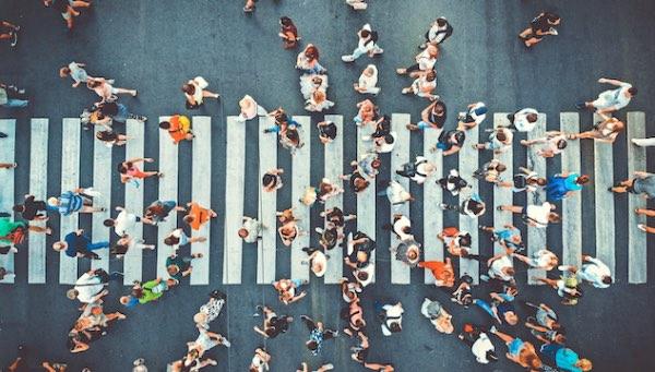 foto aérea de peatones cruzando una calle