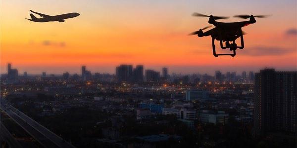 drone sobrevolando una ciudad de noche