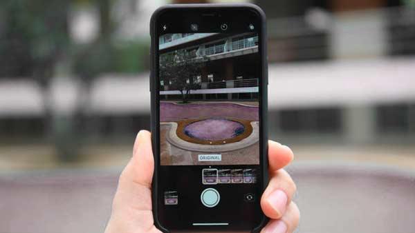 Alguien sosteniendo un iPhone mientras hace una fotografía