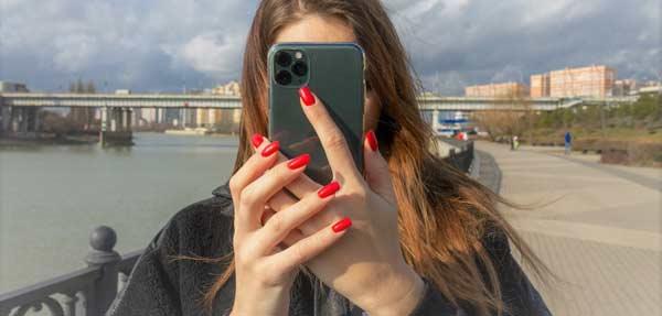 chica haciendo una foto con un iPhone 11 Pro
